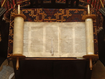 Open_Torah_scroll_sm