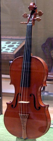 """The Messiah"" Stradivarius violin by Antonio Stradivari, on display at the Ashmolean museum (Wikimedia Commons, Pruneau)"