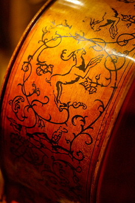 """Marylebone"" Cello by Antonio Stradivari (1688, Cazenove, Marylebone) - upper right body side graphic, National Museum of American History (Wikimedia Commons, Benjamin Chan)"